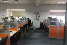 有一间经理办公室,其他区域为公共办公区,有全套办公家具